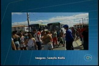 Moradores do Res. Monsenhor Bernardino protestam contra serviço de transporte público - Eles impediram três ônibus da empresa Joalina de saírem da comunidade