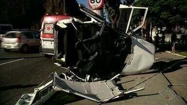 Carro bate contra poste em acidente grave na avenida Beira-Mar, em Vitória - O motorista de 23 anos está internado no hospital São Lucas e o estado dele é estável.