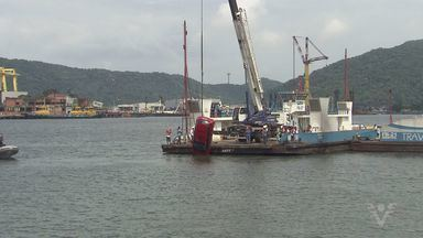 Carro que caiu da balsa na travessia entre Santos e Guarujá é retirado do mar - Equipes tiveram muito trabalho nesta terça-feira (29) para retirar do mar o carro que caiu da balsa no fim de semana. O canal do Porto ficou fechado por duas horas.
