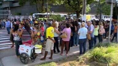 Servidores públicos de Vitória entram em greve e pedem reajuste de 18%, no ES - A maioria dos manifestantes é de professores e funcionários de áreas administrativas, ao longo do dia teve protesto e passeata.
