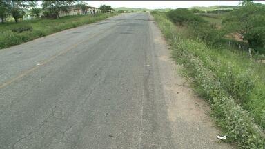 Dois irmãos morrem em acidente de trânsito no Alto Sertão da Paraíba - Segundo testemunhas, os dois viajaram numa moto e bateram na traseira de uma caçamba. Após a queda, um ônibus atropelou os irmãos que morreram na hora.