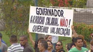 Professores realizam manifestação por melhorias salarias em Manaus - Ato ocorreu em frente à sede do governo.