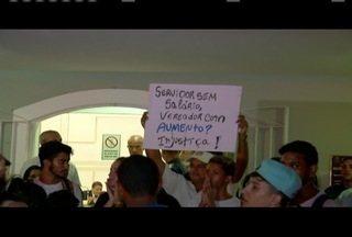 Moradores de Araruama, RJ, protestam contra o aumento de salário dos vereadores - Moradores de Araruama, RJ, protestam contra o aumento de salário dos vereadores