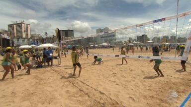 Vôlei: mais de 4 mil pessoas participam do 'Super Sacada' em Salvador - Quadras de vôlei espalhadas na praia do Jardim de Alá foram usadas para ensinar fundamentos do esporte para iniciantes; veja.
