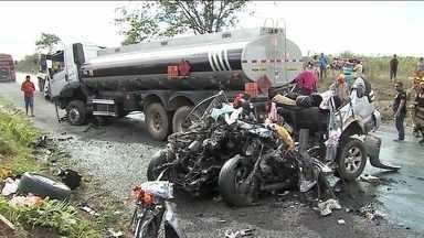 Acidente deixa oito mortos no agreste de Pernambuco - Vítimas estavam numa caminhonete que bateu de frente com um caminhão-tanque. Acidente foi na BR-232, em Tacaimbó.