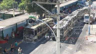 Protesto contra morte de um menino acaba com 14 ônibus queimados e lojas saqueadas - Em protesto contra a morte de uma criança, baleada em uma troca de tiros entre policiais e traficantes, manifestantes incendeiam ônibus e saquearam lojas.