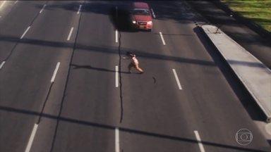 Detetive Virtual desvenda vídeo de homem que atravessa via perigosa - Por mais habilidade que o pedestre tenha, bastaria um motorista se assustar que ele morreria atropelado. Será que o vídeo é verdade ou mentira?