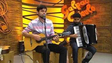 João Triska canta 'Nos Braços dos Pinheirais' - Assista ao vídeo.