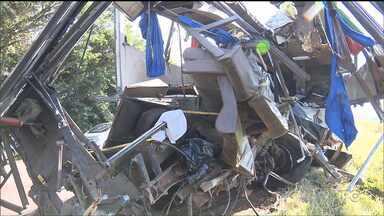 Dez pessoas morrem em acidente na BR-369 - Segundo a Polícia Rodoviária Federal, uma tentativa de assalto ao ônibus é que teria provocado o acidente