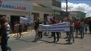 Professores fazem protesto em Lagoa de Roça - Profissionais reclamam de atraso nos salários e de más condições de trabalho.