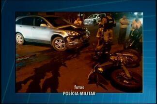 Assaltantes ficam feridos durante fuga da polícia em Divinópolis - Dupla estava em moto roubada. Após baterem em carro, foram socorridos por bombeiros.