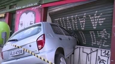 Acidente fere quatro pessoas no Brás - Uma motorista passou mal, perdeu o controle de um carro e invadiu um bar na rua Domingos Paiva. Segundo os bombeiros, ela e a filha que a acompanhava tiveram ferimentos leves. Dois nigerianos também foram atingidos.