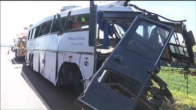 Acidente com ônibus deixa 10 mortos em Campo Mourão - Os passageiros do ônibus acidentado vinham de São Paulo para fazer compras no Paraguai.