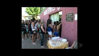 Feira de calçados atrai pelo preço, em Cachoeiro no Sul do ES - A feira continua amanhã, das oito às cinco da tarde.