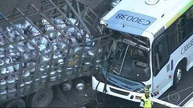 Ônibus e caminhão de gás colidem no Rio - Na Zona Oeste, um engavetamento entre quatro carros travou o trânsito na região.