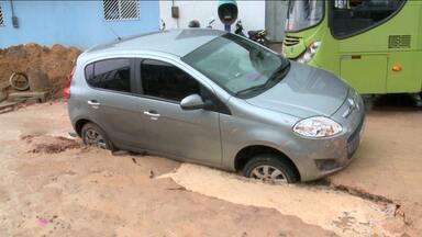 Asfalto cede e veículo fica preso em buraco em estrada de São José de Ribamar - No local, uma obra de drenagem estava sendo realizada.