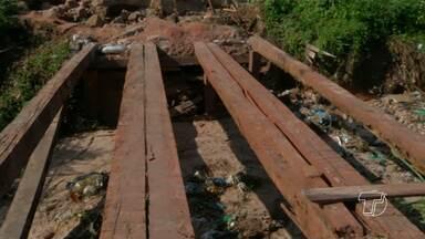 Retirada de ponte dificulta acesso e gera riscos para moradores do bairro Floresta - De acordo com os moradores, a Prefeitura retirou a ponte da rua Seringueira. Para a realização de serviços de drenagem na área há três semanas.