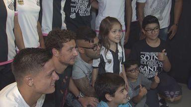 Jogadores participam da comemoração aos 104 anos do Santos Futebol Clube - Neste final de semana acontece a partida pelas quartas de final do Campeonato Paulista.