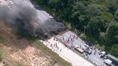 Manifestantes fazem protestos contra impeachment em várias cidades do país - Integrantes do Movimento dos Trabalhadores Sem Terra protestaram em três rodovias de Pernambuco. Os manifestantes também colocaram fogo em pneus na BR-277, em Curitiba.