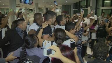 Vasco desembarca em Manaus com muita torcida - Amazonenses foram ao aeroporto acompanhar a chegada do time carioca