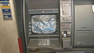 Homem toca fogo em caixas eletrônicos de banco no Recife - Delegado responsável pelo caso explicou que homem não tentou levar dinheiro.