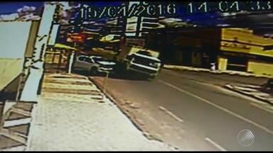 Caminhão bate em muro de loja em Feira de Santana; confira imagens do acidente - Ninguém ficou ferido na colisão.