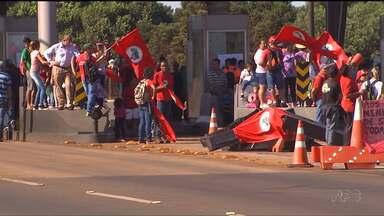 Protestos bloqueiam estradas e liberam pedágios - Manifestações foram organizadas por movimentos populares como o MST.
