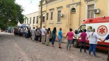 Funcionários fazem 'abraço simbólico' em hospital de Jaguarão, RS - Só este ano, R$ 630 mil deixaram de ser repassados ao hospital.