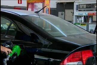 Preço do etanol cai nos postos de combustíveis em Divinópolis - Segundo a Associação das Indústrias Sucroenergéticas de Minas Gerais, só na semana passada o etanol ficou em média 13,4% mais barato. De acordo com economista, redução é baseada na lei da oferta e da procura e preço da gasolina tende a diminuir também.