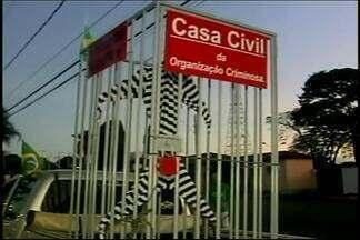 Manifestantes protestam a favor do governo da presidente Dilma em Araxá - Os manifestantes fizeram carreta pelas ruas da cidade. Cerca de 90 pessoas participaram do protesto, segundo a organização.
