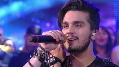 Luan Santana canta 'Escreve aí' no palco do 'Caldeirão' - Plateia canta o hit junto com o cantor