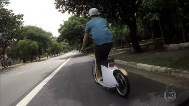 Bicicletas e patinetes elétricos também viraram instrumento de trabalho - Além de uma opção para quem quer ir trabalhar, as bicicletas e patinetes elétricos também viraram instrumento de trabalho. Não poluem, não provocam congestionamento e são rápidos.