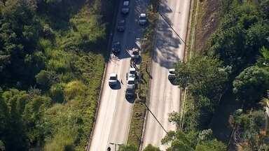 Quatro carros se envolvem em engavetamento na MG-30, em Nova Lima - Um dos motoristas se assustou com uma carreta, e causou a batida. Ninguém se feriu.