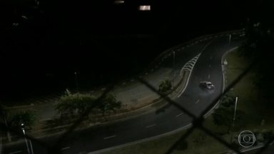 Motorista é flagrado fazendo manobras arriscadas na Zona Sul da capital - O motorista dirige em alta velocidade e dá vários cavalos de pau na Ponte Transamérica durante a madrugada.