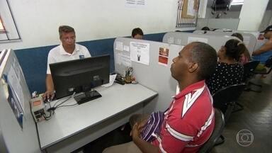 Taxa de desemprego sobe e número de desempregados chega a 10,4 milhões - De acordo com o IBGE, a taxa de desemprego no Brasil passou dos 10% no trimestre encerrado em fevereiro. Isso significa que 10,4 milhões de pessoas estavam desempregadas no período. É a maior taxa desde o início da pesquisa, há quatro anos.