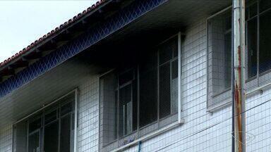 Sala de aula pega fogo em escola de Vila Velha, no ES - Incêndio começou uma hora depois que os alunos deixaram o local.Sedu disse que motivo foi ventilador não desligado após aulas.