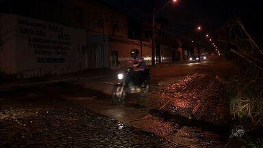 Moradores do Bairro Sapiranga, em Fortaleza, cobram reparo em via - Moradores do Bairro Sapiranga, em Fortaleza, cobram reparo em via
