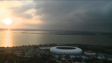 Instabilidade provoca contraste no pôr do sol em Porto Alegre - Temperatura chegou aos 31ºC nesta tarde.