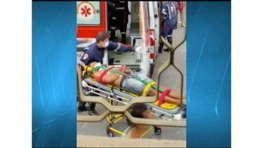 Rapaz de 20 anos fica ferido após ser baleado na nuca em Montes Claros - Vítima estava em uma motocicleta quando foi alvejada no Bairro Morrinhos.