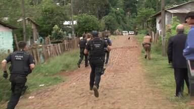 Duas pessoas foram presas no sudoeste do estado, suspeitas de envolvimento com tráfico - O bairro São João foi cercado por mais de 40 policiais. Eles cumpriram nove mandados de busca e apreensão e um de prisão.