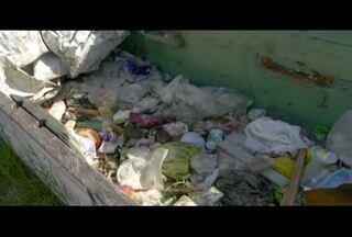 Barcos abandonados acumulam lixo e se tornam pontos de proliferação do Aedes em Arraial - Cidade registrou mais de 500 casos suspeitos de dengue em 2016 até o momento.
