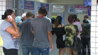 Apostadores lotam lotéricas em busca do prêmio de R$90 milhões - Esse é o maior prêmio do ano na Mega Sena.