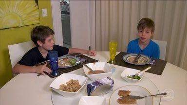 Crianças também podem ter colesterol alto - Ter os níveis de colesterol alterados não é uma exclusividade de adultos que se alimentam mal ou não praticam exercícios. Em alguns casos, pode ser um problema hereditário. Um casal de gêmeos de 8 anos estão com o colesterol alto.