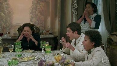 Candinho causa incidente com escargot - Sandra afirma que pretende fazer com que o primo se acostume com as comidas servidas em lugares requintados, mas no final das contas o jantar do caipira vira pão com ovo