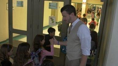 Numa escola americana, o diretor é da turma do fundão - Conheça o Mr. Peters, diretor que ganhou a atenção e a simpatia dos alunos de uma escola pública no Sul da Flórida.