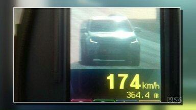 Motoristas são flagrados pisando pesado no acelerador - Em trecho de rodovia onde o trânsito é a 80 km por hora tinha motorista à mais de 170 km/h.