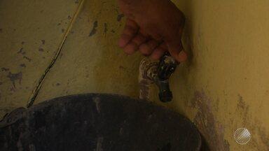 Moradores de Itapuã estão sem água há quase três semanas - Em algumas casas só vem água de madrugada, em outras nem isso; veja.