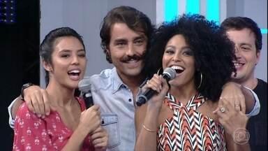 Sheron Menezzes toca a campainha e o grupo Falamansa sai da porta 7 - A atriz acerta para o time de 'Liberdade, Liberdade'