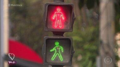 Cidade de São Paulo testa inovações para aumentar a segurança do pedestre - Prefeitura da cidade lançou a faixa de travessia diagonal e colocou em teste uma faixa exclusiva para pedestres, mas a iluminação ainda é problemática para as pessoas que andam a pé
