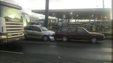 Acidente provoca engavetamento na BR-376 - Pelo menos cinco veículos acabaram envolvidos no acidente.